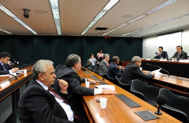"""Entre um gole e outro de água, Pedro Fernandes gastou mais de meio milhão do """"Cotão"""" no ano passado"""