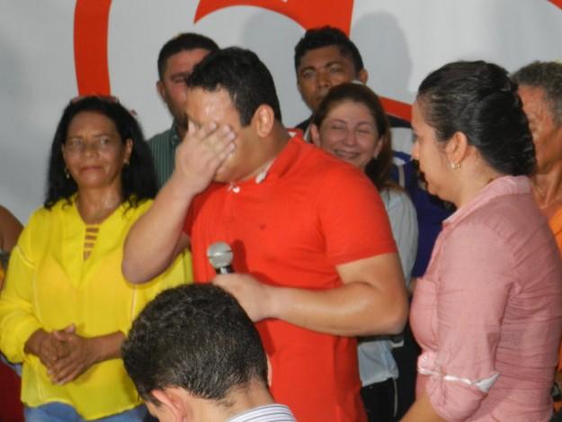 Tiago Mendonça chora durante discurso em que recebeu a unção do PCdoB e da oligarquia para comandar a cidade