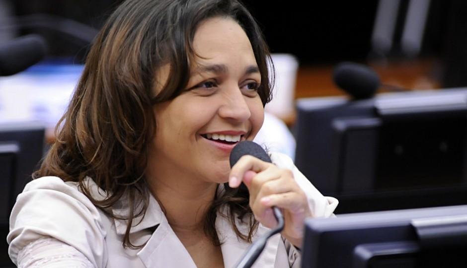 """Para Eliziane, decisão de Teori """"põe freio"""" às manobras de Cunha"""