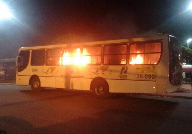 Ônibus incendiado por membros da facção criminosa na quinta-feira 19