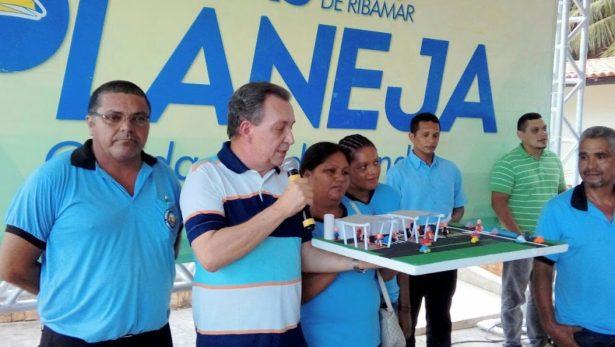Comunidade entrega a Luis Fernando Silva maquete para ilustrar proposta apresentada durante um dos seminários