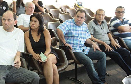 O neo aliado de Hernando Macedo, Eduardo DP (camisa quadriculada), durante apresentação à imprensa de presos em operação contra a agiotagem no Maranhão