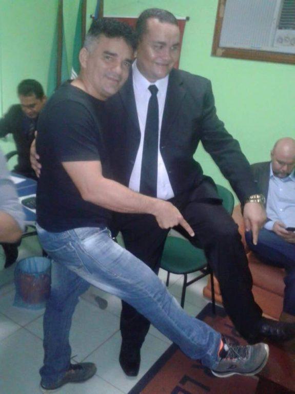 Germano Barros faz pose com Matias Pancadão durante cerimônia de posse de monitorado na Câmara de Vereadores de Vargem Grande