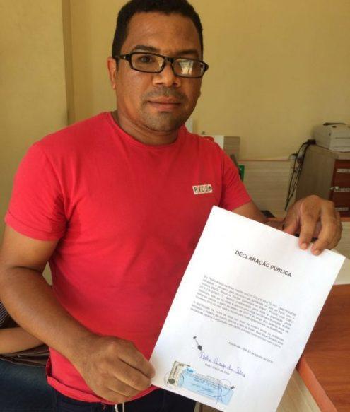 Pedro Araújo mostra termo de declaração pública de que doará metade de seu salário para entidades sociais de Açailândia, caso seja eleito