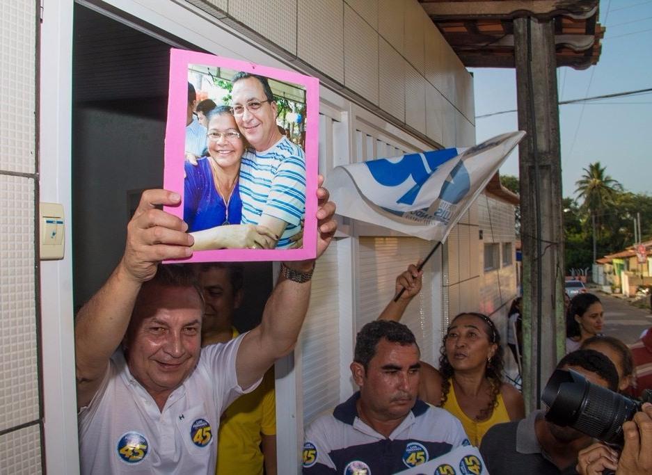 Na vsita a uma residência, Luis Fernando exibe foto que eleitora mantém na sua sala, de campanha anterior, numa demonstração de carinho dos ribamarenses