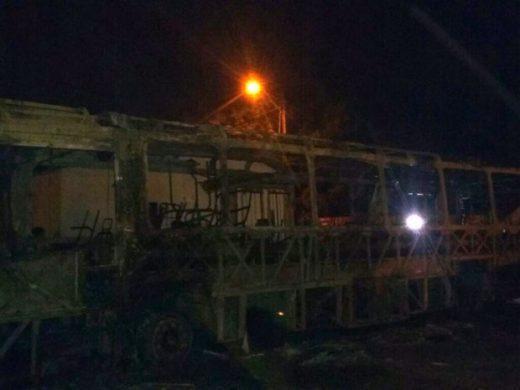 Bandidos destruíram ônibus na Avenida Ayrton Senna, no Tibiri