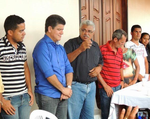 O ex-prefeito João Menezes de Souza, o Dr. João (ao centro), fazendo política em Arame durante as eleições de 2014