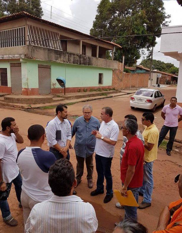 O prefeito Luis Fernando Silva visitando ruas e planejando ações para a reconstrução de São José de Ribamar