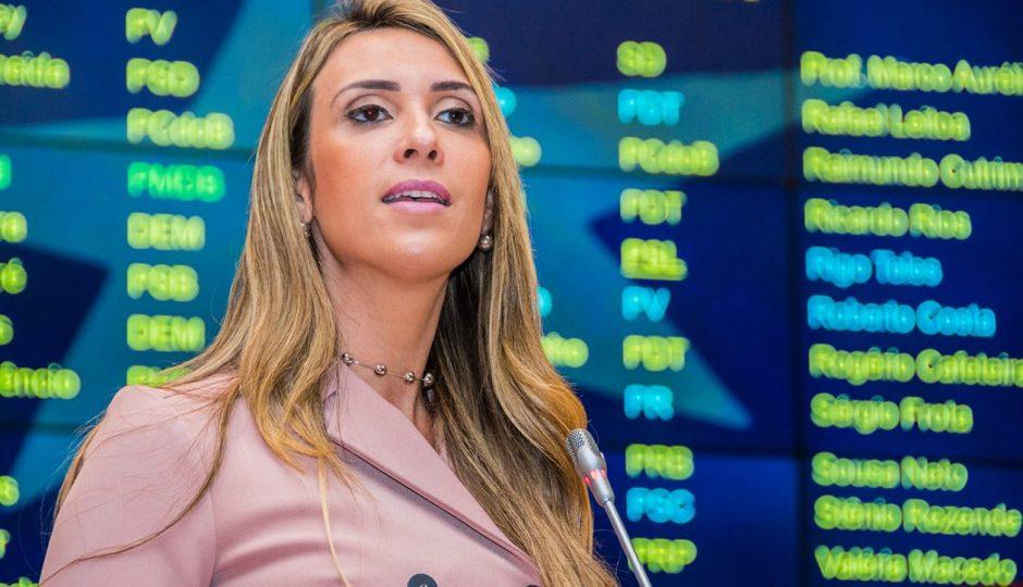 Andrea denuncia superfaturamento de medicamentos na Emserh