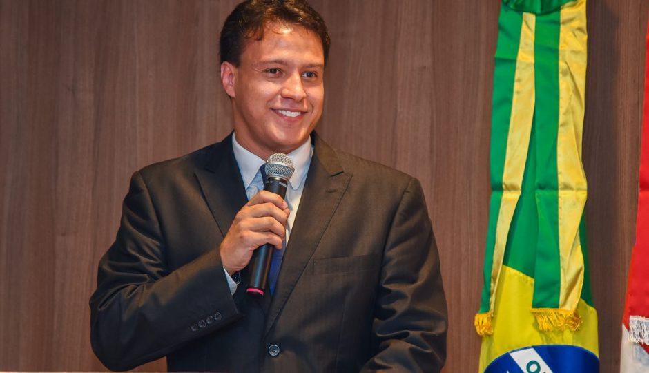 Felipe Camarão terceiriza copeiragem escolar por R$ 23,8 milhões