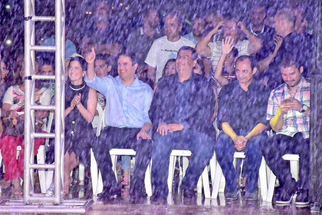 Divulgação/Prefeitura de São Luís Escandalizados! Parte dos internautas e usuários de WhatsApp exigiram que a participação de Flávio Dino no evento fosse como na foto acima, sentado e apenas observando, de forma protocolar